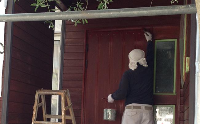 画像:外壁を塗装する職人