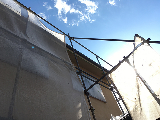 写真:塗装中の足場