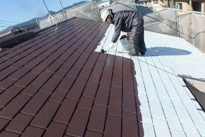 日本ペイント 遮熱塗料 太陽熱高反射4フッ化フッ素樹脂屋根用塗料  サーモアイ4F 高耐久仕様 上塗り1回目 施工中