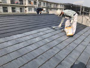 小郡市 コロニアル屋根 (スレート屋根) 塗装工事 ファインパーフェクトシーラー 下塗り 施工中