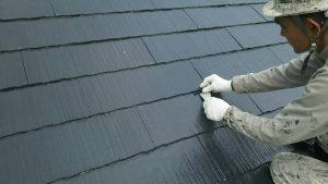 小郡市 コロニアル屋根 (スレート屋根) 塗装工事 縁切り工法 タスペーサー 取り付け 施工中