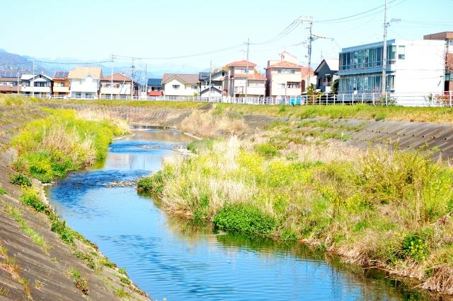 写真:川沿いの住宅