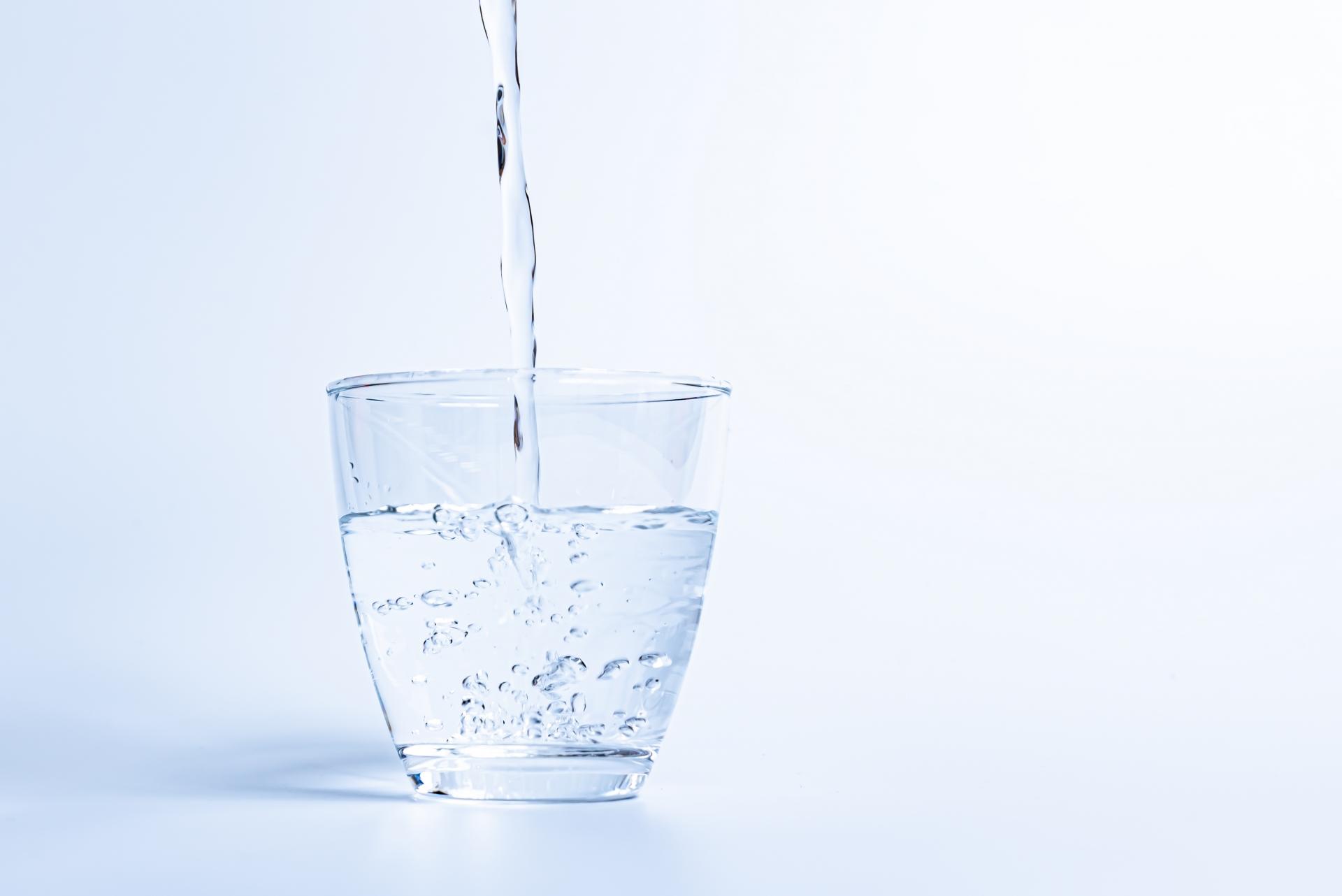 グラスに水を注いでいる
