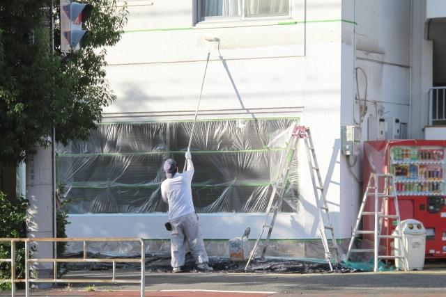 写真:塗装している男性
