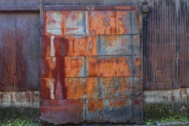 写真:塩害によって錆びた扉