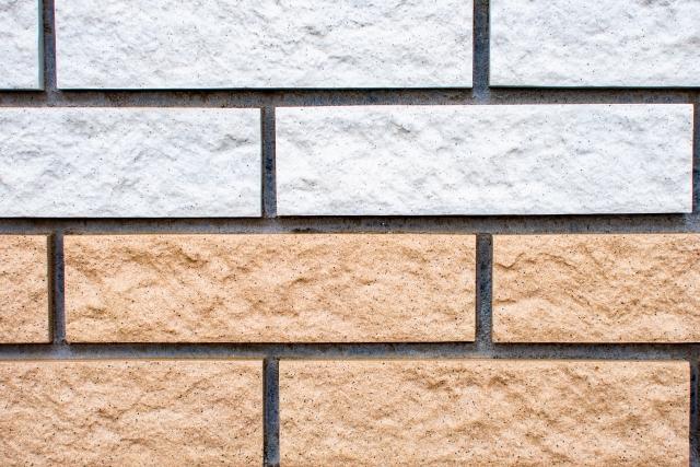 写真:茶色と白のタイル