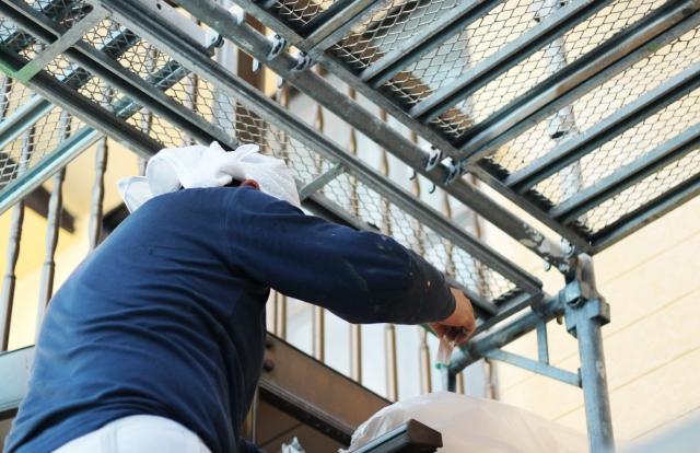 写真:外壁塗装をする職人