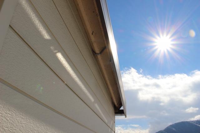写真:太陽とガレージ