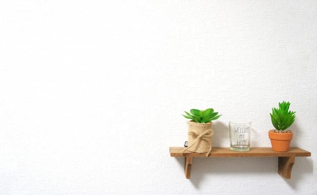 写真:壁と飾り棚